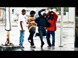 これぞストリートダンス!雨の日の路上でダンスバトルする4人の少年達の記録映像にシビれる!