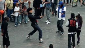 町中騒然!? あの天才双子ダンサー「LesTwins」が路上でダンスバトル!
