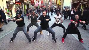 渋谷の中心でHipHop!? ダンサーが陽気に踊りだしてセンター街が大盛り上がり!