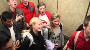 エレベーターでフラッシュモブ!? 突然始まる本格アカペラ合唱が楽しすぎる♪
