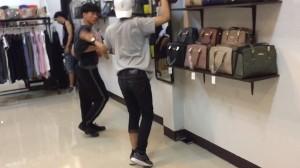 店内に入ると…タイ男子達のちょっとオネエ風ダンスが超ノリノリで面白い☆