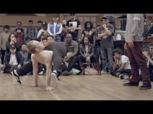 【ロシア VS アメリカ】キモカッコいい!?人並み外れた身体の柔軟性と動きに驚き隠せないダンスバトル!