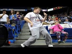 誰にも止められない自分の世界!一人で踊り出す少年wノリノリダンスで会場大興奮!