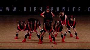 Hip-Hopガールズが踊るチアリーダー並の息ぴったりアクロバティックダンス!