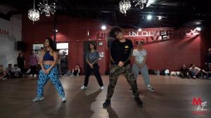 ちょっと拳法っぽい!?wミニマルで個性的な動きが気になるダンス振付け動画!