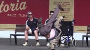 こいつら何!?車椅子の老人が突然ブレイクダンスを踊る面白プランク動画!